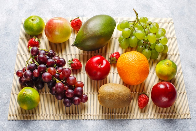 Ассорти из свежих органических фруктов и ягод.