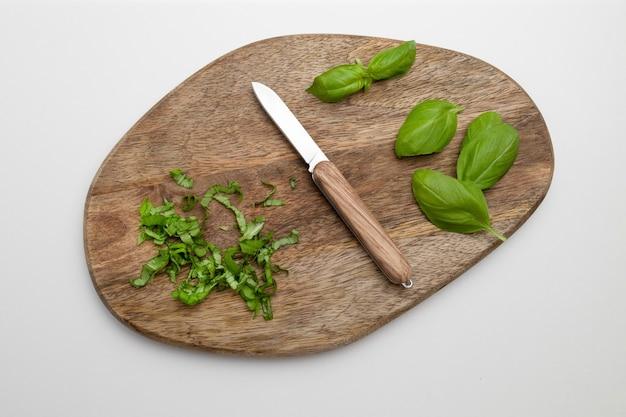 Свежие органические листья базилика на деревянной поверхности, травы и специи для приготовления пищи