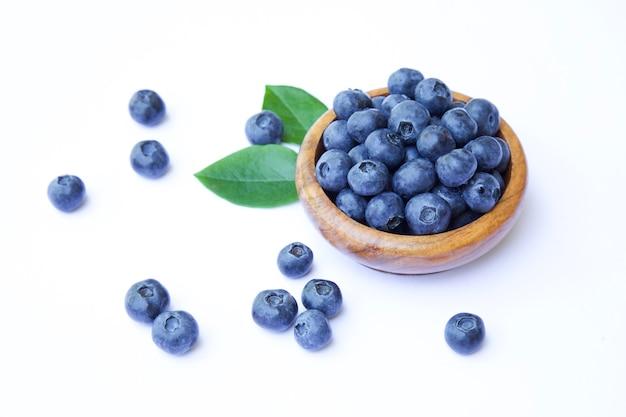흰색 배경에 그릇에 신선한 유기농 블루베리 건강한 여름 식사 개념 및 라이프 스타일