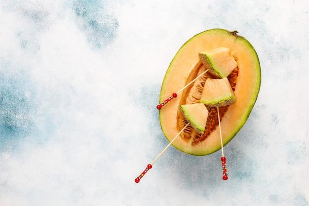 Melone cantalupo biologico fresco.