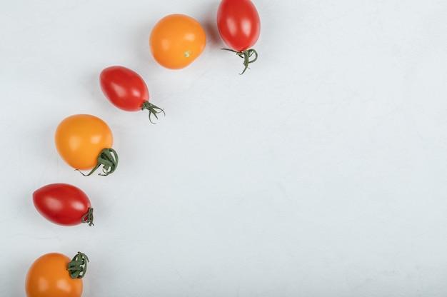 白い背景の上の新鮮な有機チェリートマト。高品質の写真