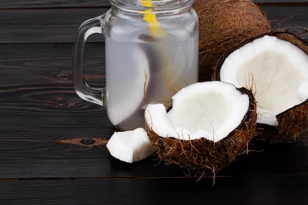 Свежая органическая кокосовая вода в стакане. продовольственный фон.