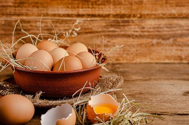 木製のスペースでボウルに新鮮な有機卵。コピースペース