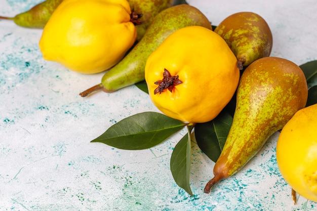 新鮮な有機農場の果物、梨、花梨、トップビュー