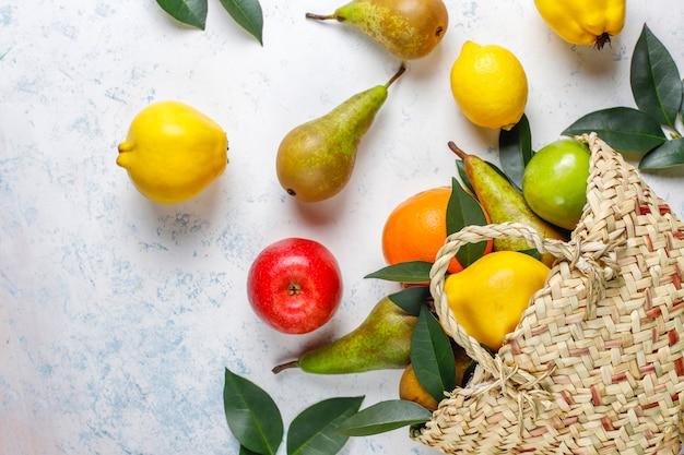 新鮮な有機農場の果物、梨、マルメロ、トップビュー