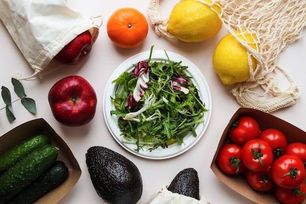 친환경 일회용 유기농기구에 신선한 유기농 식품 샐러드 잎 토마토 레몬 사과 아보카도 귤과 오이 제로 폐기물 개념