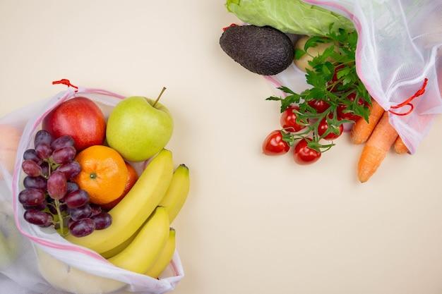 Свежие органические фрукты и овощи в многоразовых текстильных сумках для покупок. безотходная и экологически чистая концепция.