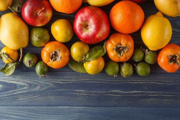 新鮮な有機果物と野菜の木製の背景