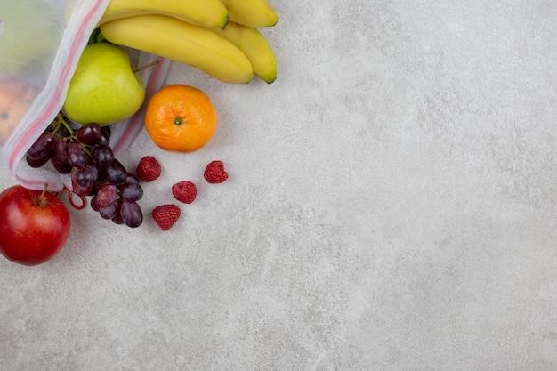 Свежие органические фрукты в многоразовых текстильных сумках для покупок