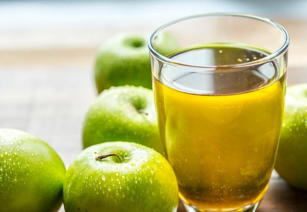 新鮮な有機緑のリンゴジュース