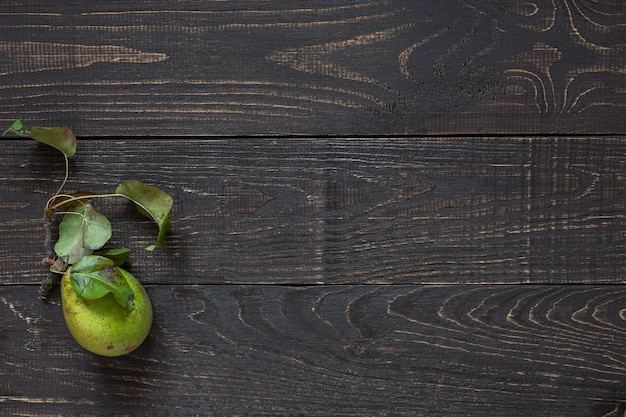 천연 갈색 나무 배경에 잎이 달린 신선한 유기농 녹색 배