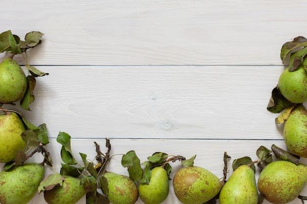 천연 흰색 나무 배경에 잎이 있는 신선한 유기농 녹색 배