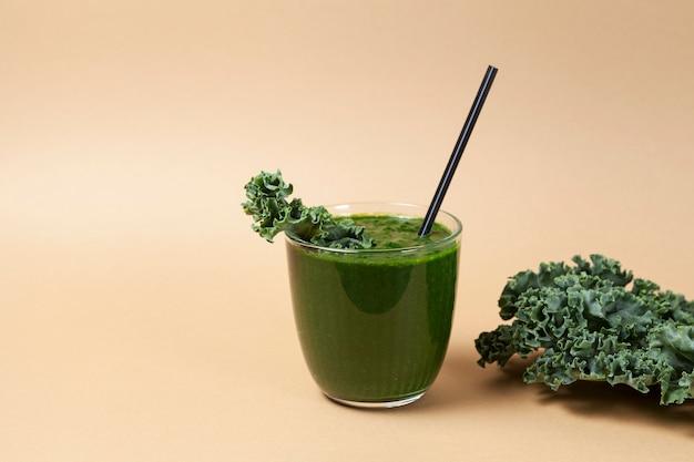 Свежий органический зеленый овощной коктейль с листьями капусты. полезный напиток также используется в альтернативной медицине.