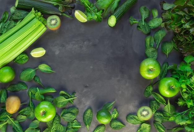新鮮な有機野菜や果物。灰色のコンクリートの背景に緑のスムージーの成分。上面図。スペース領域をコピーします。