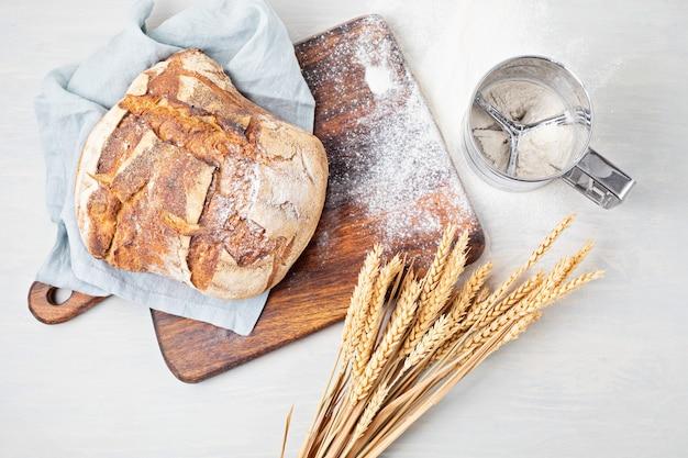 Свежий органический домашний хлеб. здоровое питание, домашняя кухня, покупка местных, концепция рецептов хлеба. вид сверху, плоская планировка