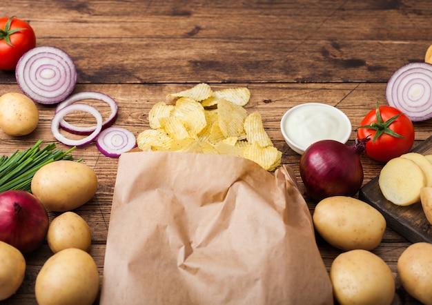新鮮な有機自家製ポテトチップス、サワークリームと赤玉ねぎ