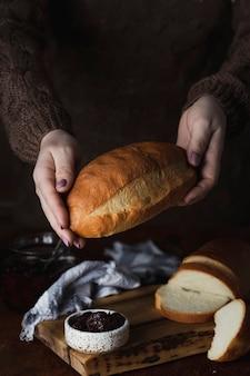 Свежий органический домашний пшеничный хлеб на доске