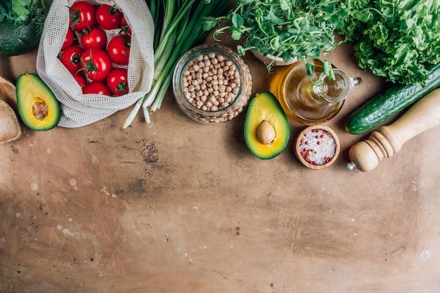 Свежие органические ингредиенты для приготовления здоровой пищи.