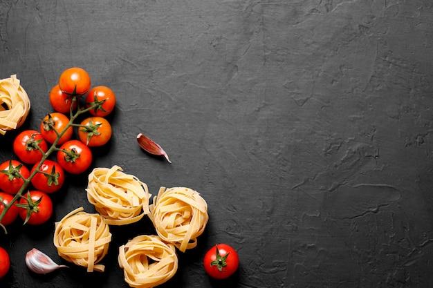 이탈리아 요리법의 신선한 유기농 ingridients. 파스타, 토마토, 마늘. 건강 식품 개념.