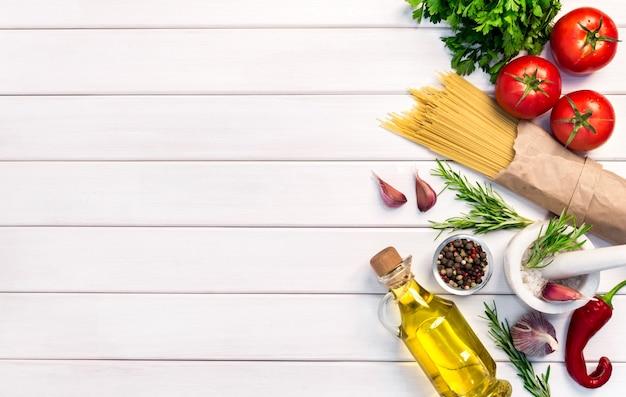 Свежие органические ингредиенты, спагетти из макарон по итальянским рецептам