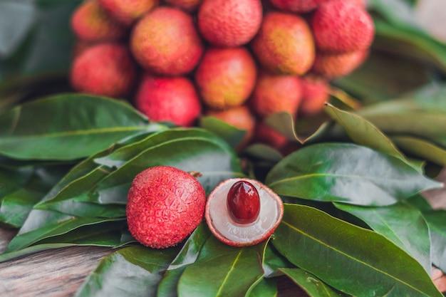 소박한 나무 표면에 신선한 유기농 열매 과일과 열매 잎