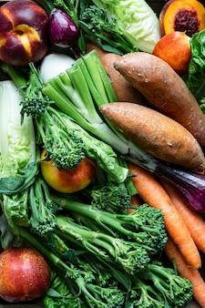 Свежие органические смешанные фрукты и овощи