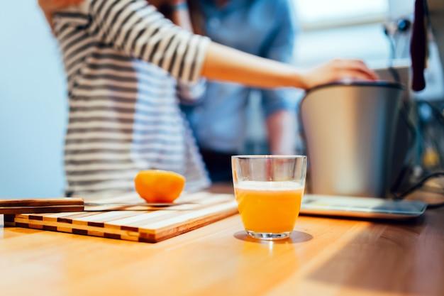 신선한 유기농 오렌지 주스 홈메이드 비타민