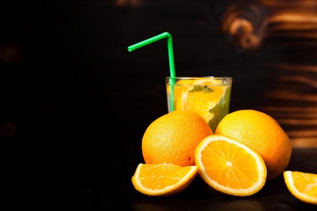 빈티지 나무 배경에 천연 과일로 만든 신선한 유기농 오렌지에이드