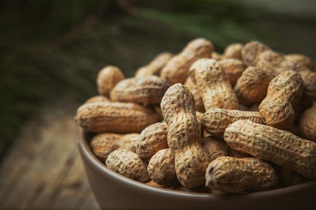 ボウルに新鮮な有機ピーナッツ