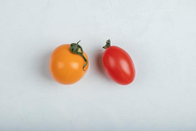 Свежие органические красные и желтые помидоры. фото высокого качества