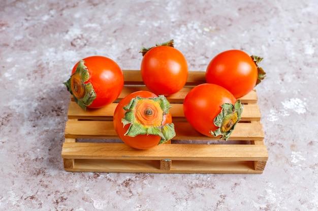 Свежие органические спелые плоды хурмы.