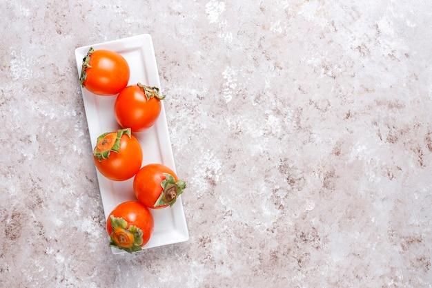 Frutti di cachi maturi organici freschi.
