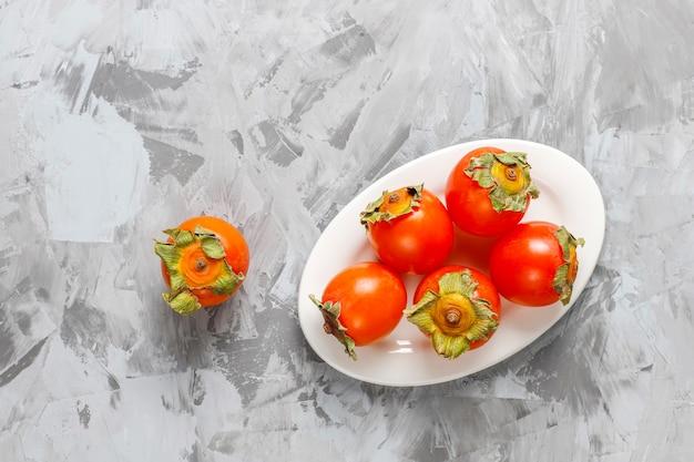 新鮮な有機熟した柿の果実。