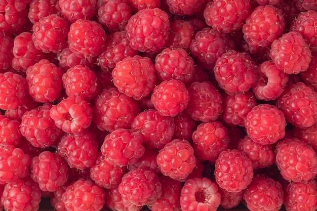 Свежие органические спелые малины как фон, вид сверху. фон вкусных сезонных фруктов