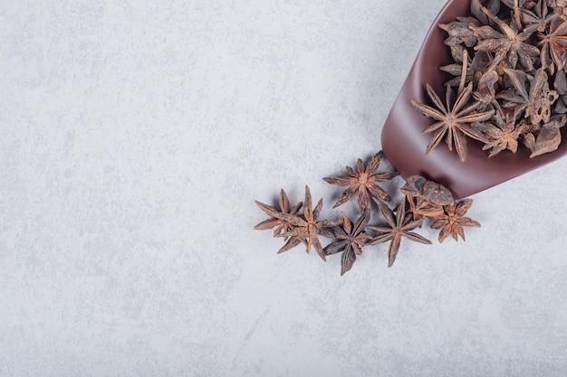 Frutti di spezie biologiche fresche dell'anice stellato sul piatto scuro. foto di alta qualità