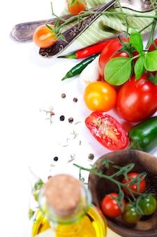 Свежие органические помидоры и кулинарные ингредиенты