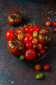 Vari pomodori organici freschi.