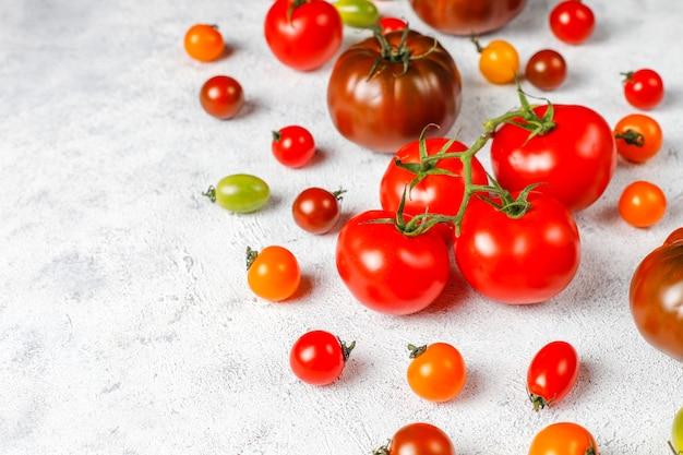 新鮮なオーガニックの様々なトマト。