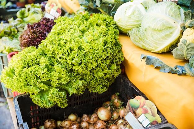Свежий органический овощной ларек на рынке