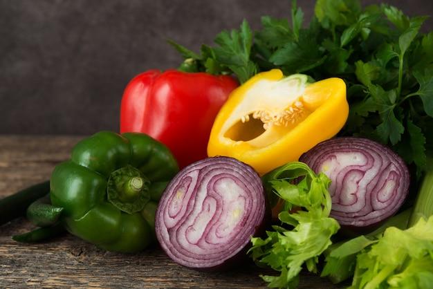 素朴な木製の新鮮な有機野菜とハーブ、クローズアップ