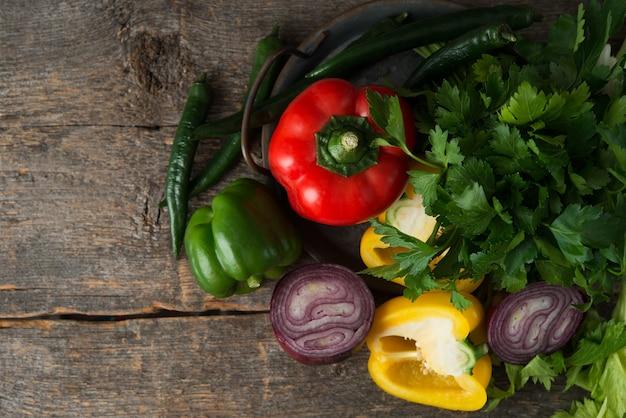 素朴な木製の上面図に新鮮な有機野菜とハーブ