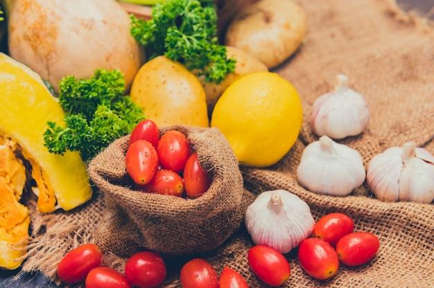 サラダを調理するための新鮮な有機野菜。ダイエットと健康食品。秋の季節の秋の収穫の宝庫。