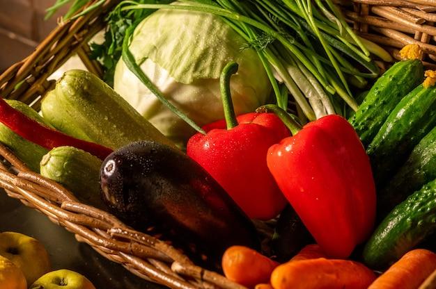 Свежие органические овощи в корзине. фермерские продукты. натуральные фрукты и овощи, выращенные в вашем саду. фото высокого качества