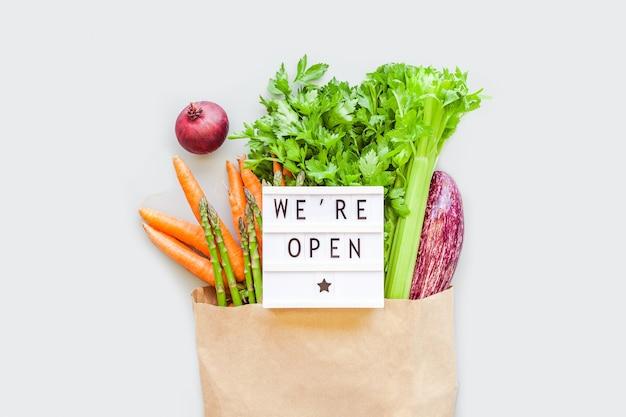 Свежие органические овощи в сумке для покупок