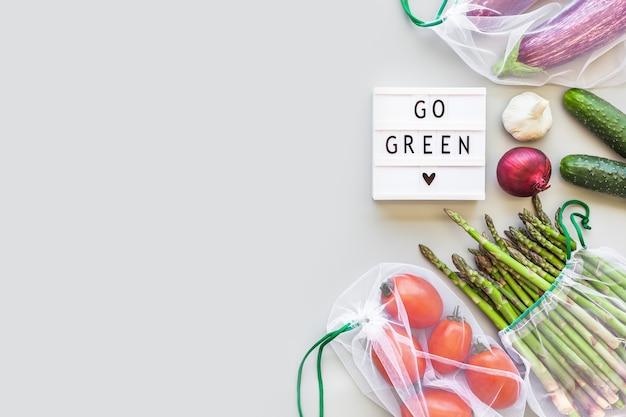 エコ再利用可能な農産物の買い物袋に入った新鮮な有機野菜