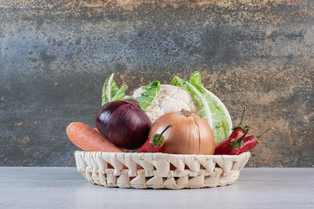 Свежие органические овощи в деревянной корзине. фото высокого качества