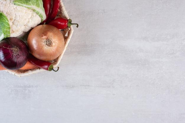 나무 바구니에 신선한 유기농 야채입니다. 고품질 사진