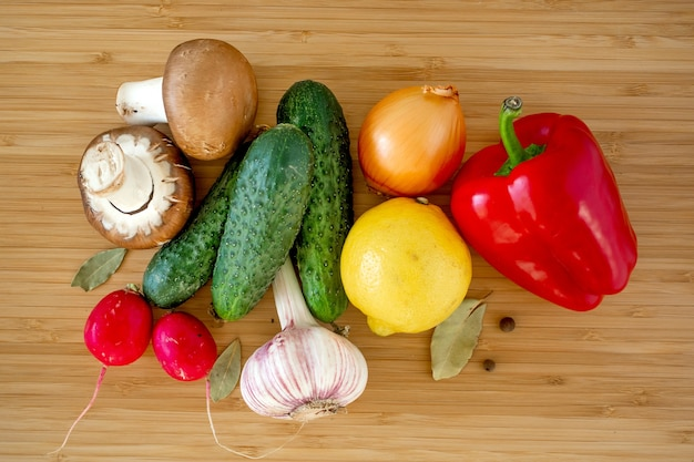 木製のテーブル背景フラットに新鮮な有機野菜キノコを置く