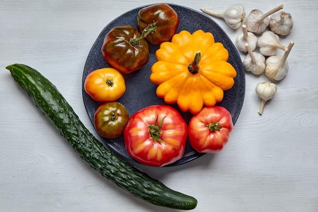 Свежие органические овощи на белом фоне. концепция здорового питания. всемирный день вегетарианства