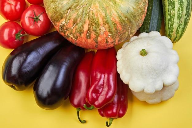 黄色の背景に新鮮な有機野菜。健康食品のコンセプト。世界ベジタリアンデー